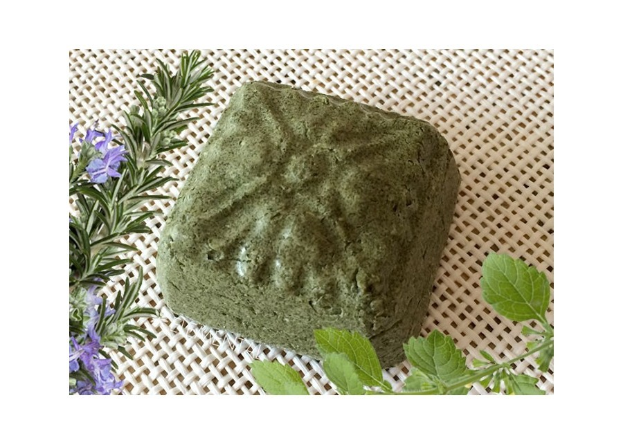 Solid shampoo with nettle and keratin